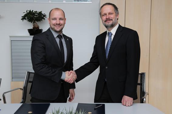 left side Thomas Röhrl Geschäftsführer QUNDIS and Prof. Dr. Borut Zalik Dean UNIVERSITY OF MARIBOR